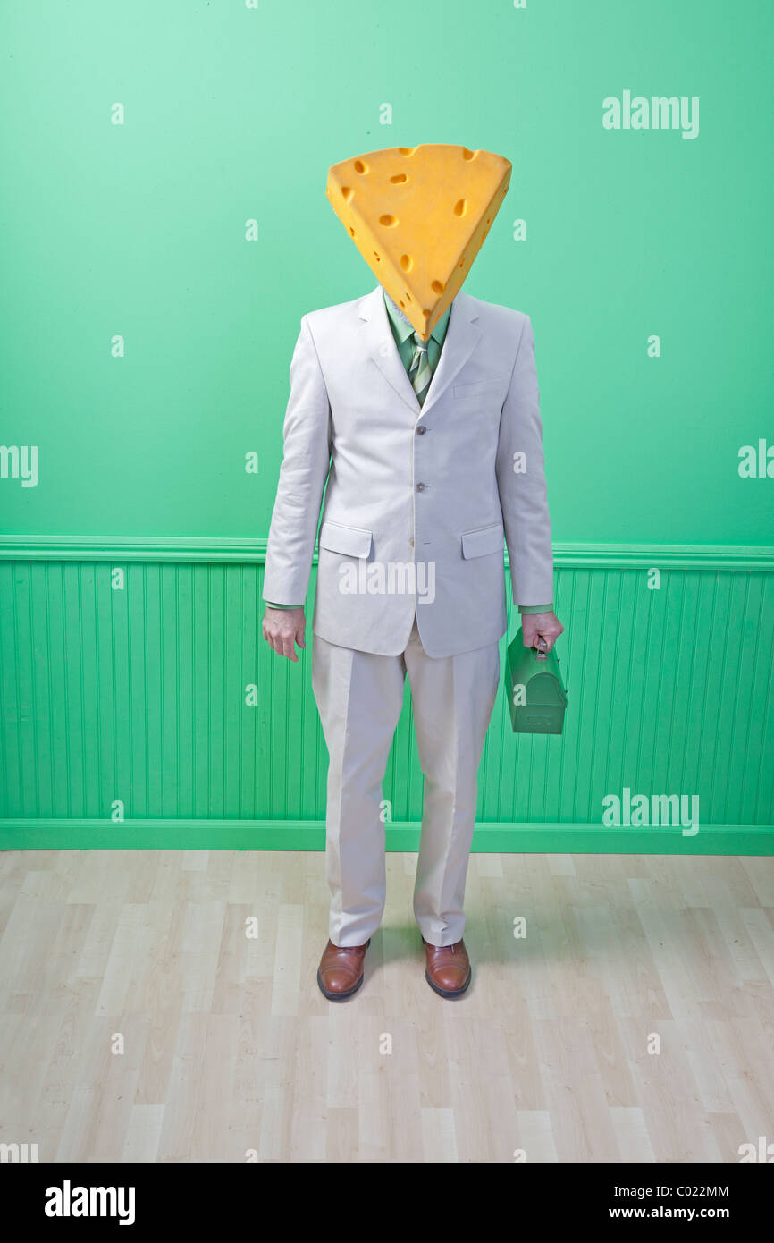 Käse-Kopf in Anzug mit Lunchbox grün Stockbild