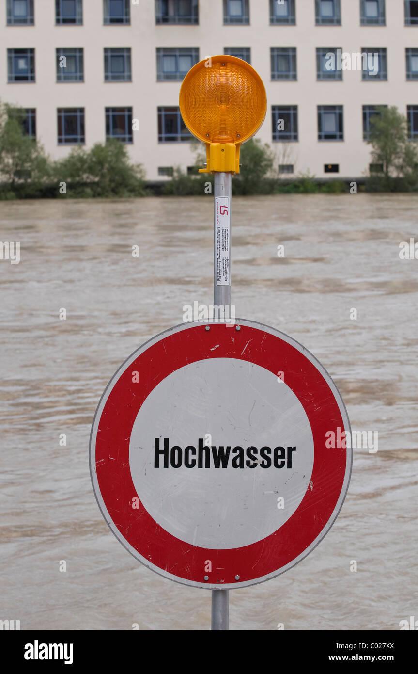 """Schild mit der Aufschrift """"Hochwasser"""", Flut, vor Wasser Stockbild"""