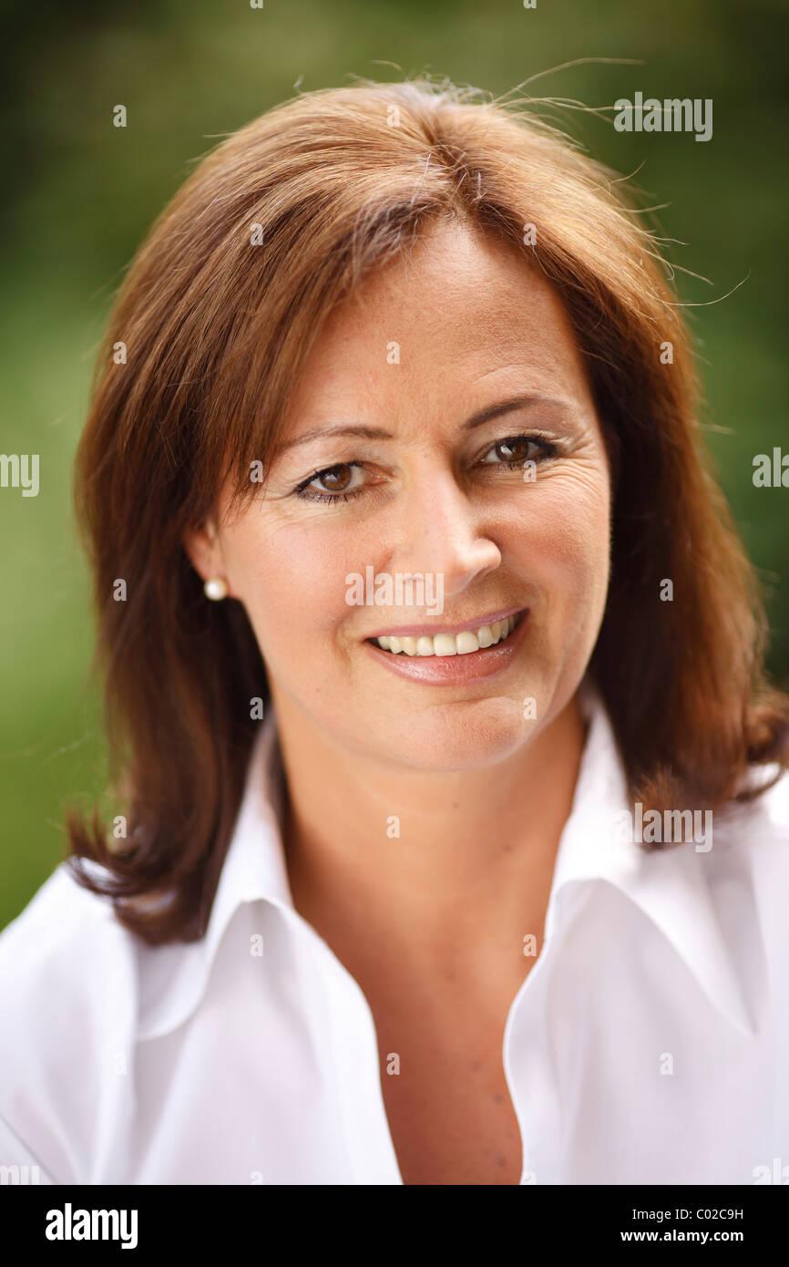 Frau, 45 Jahre, trägt eine leichte Bluse in natürlicher