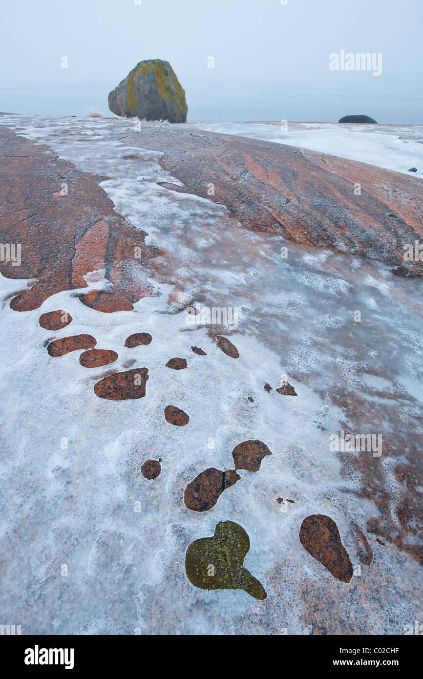 Eisige Felsplatten und Nebel bei Saltholmen in Saltnes, Råde Kommune, Østfold Fylke, Norwegen. Stockbild