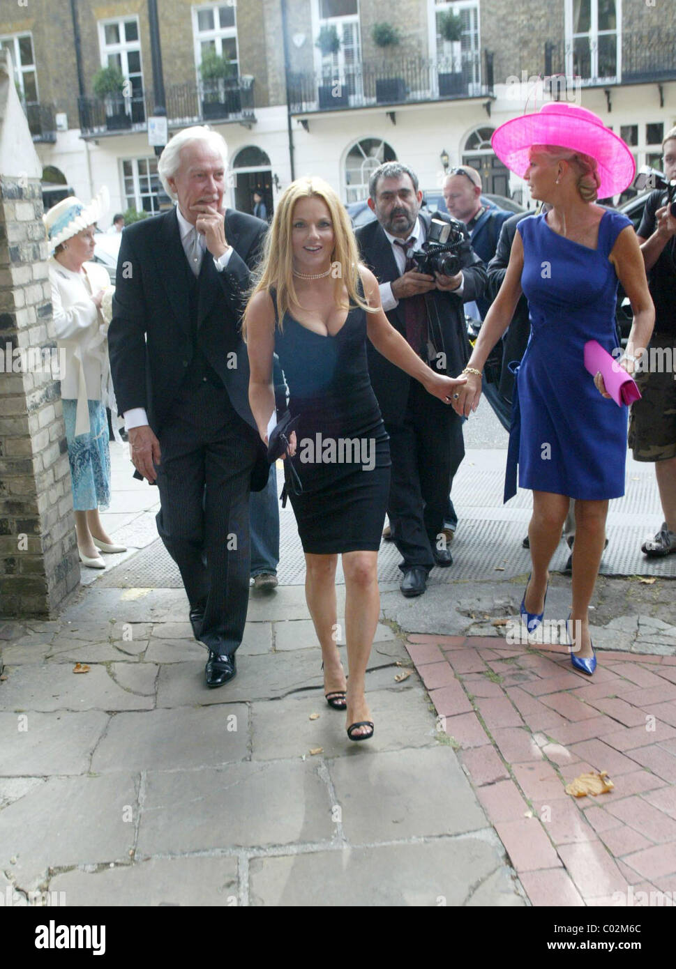 Geri Halliwell trug ein slinky schwarzes Kleid, Teilnahme an der ...