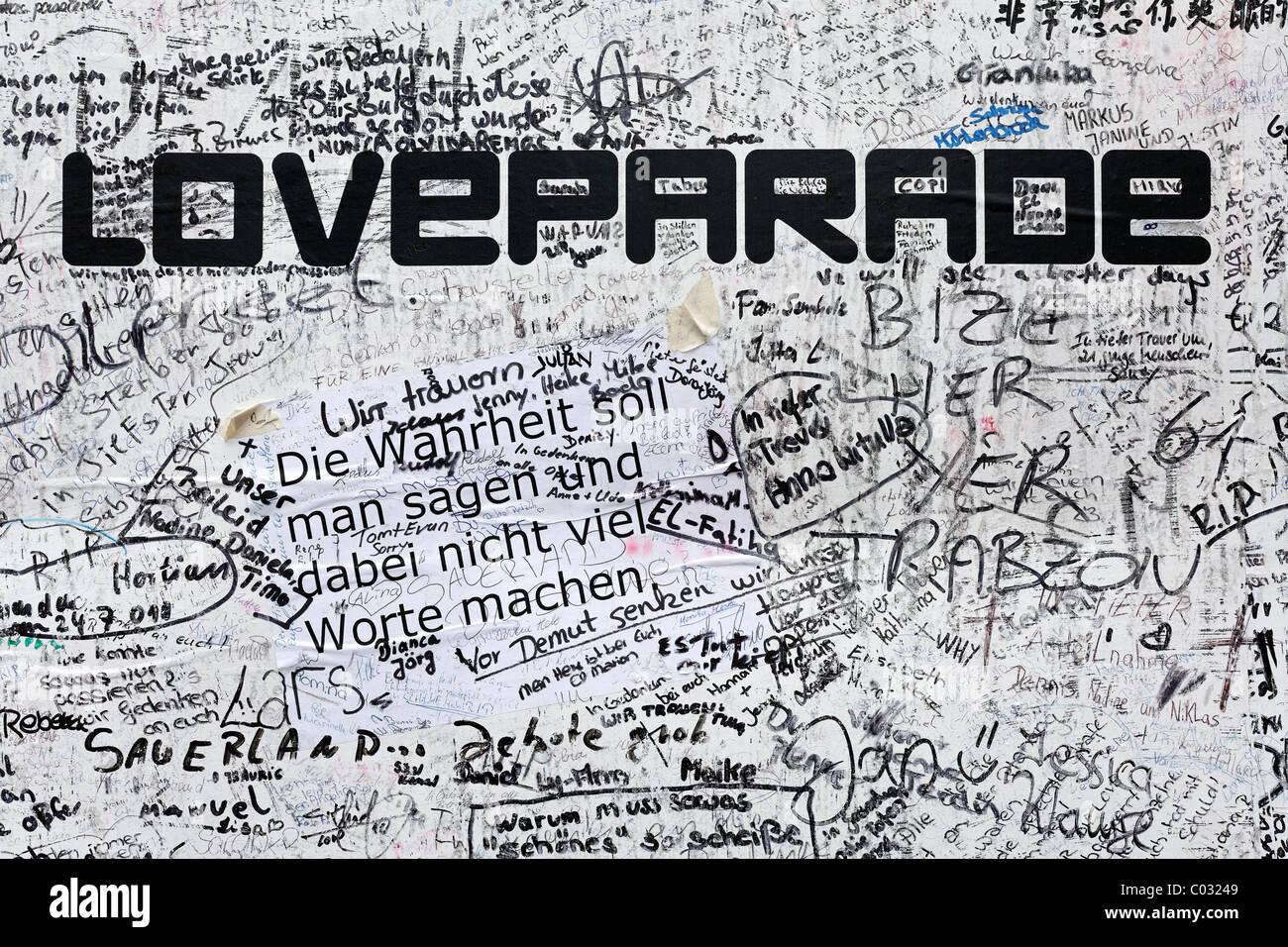 Poster mit sympathischen Anmerkungen und Unterschriften, zum Gedenken an die Opfer der Menge Gedränge auf der Stockbild