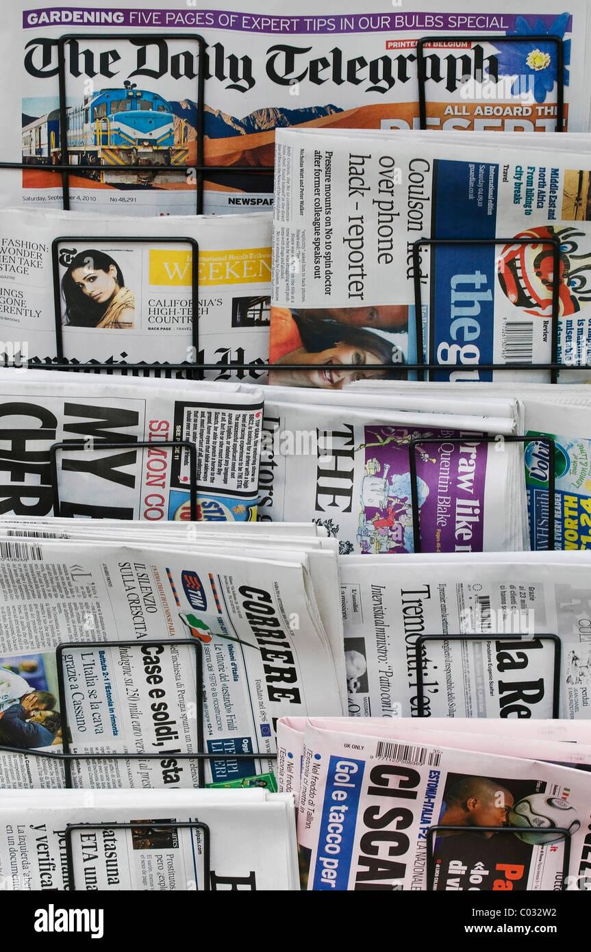 Zeitungsständer, fremdsprachige Zeitungen Stockbild