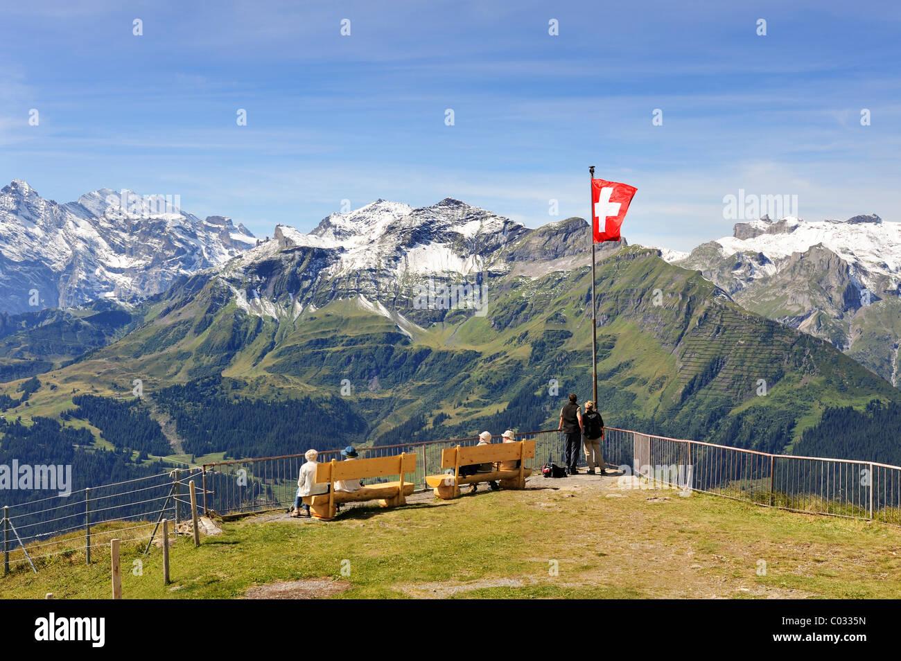 Aussichtsplattform an der Bergstation des 2334 Meter hohen Maennlichen Berges mit Blick auf die 2973 Meter hoch Stockbild
