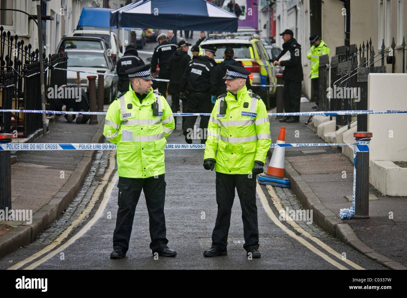Polizei untersucht den Tatort, wo Polizei einen Verdächtigen erschossen Stockbild