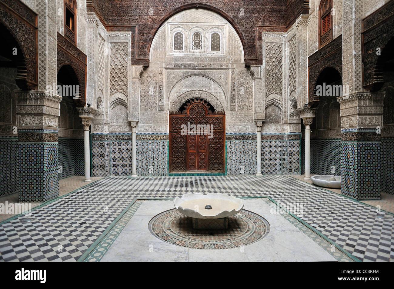 Innenhof Der Medersa Attarine Mit Waschen Brunnen, Mauern Und
