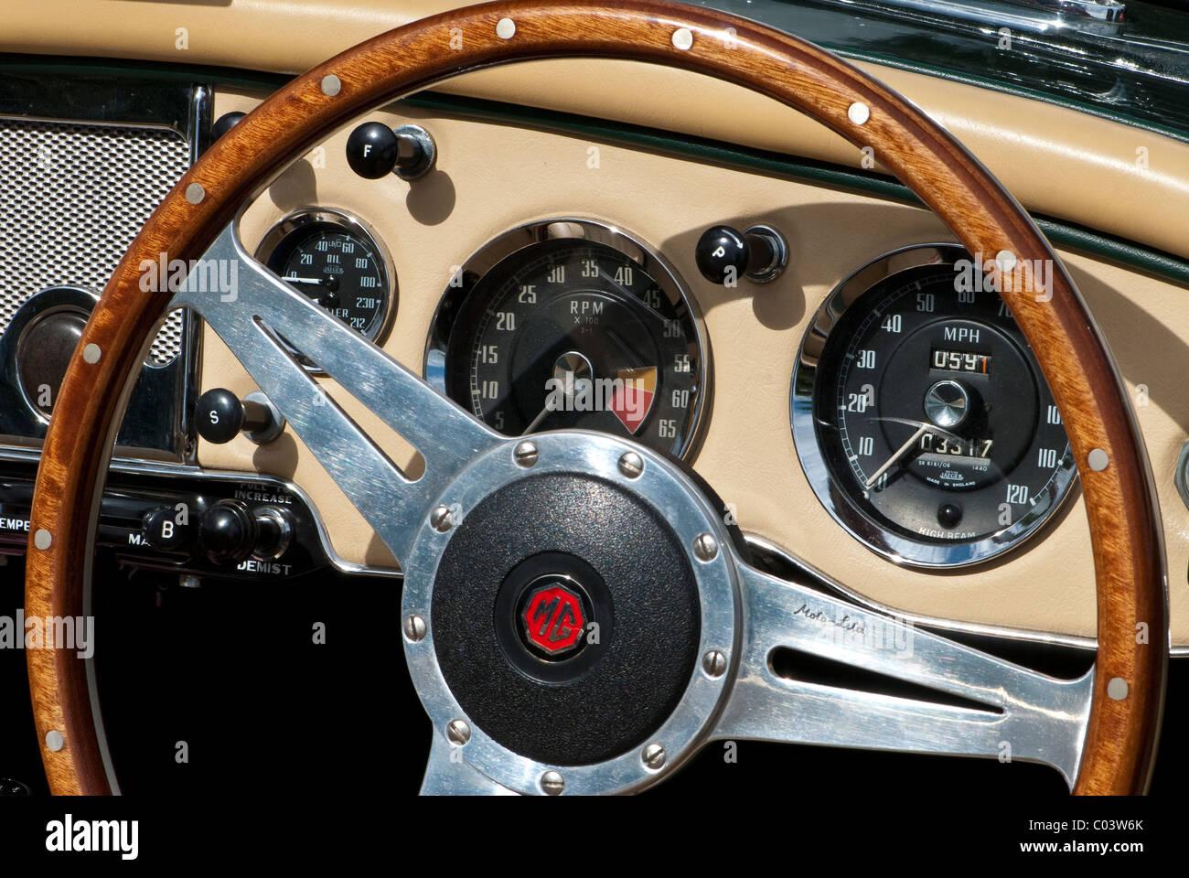 Lenkrad und Armaturenbrett des klassischen Sportwagens MG MGA Stockbild