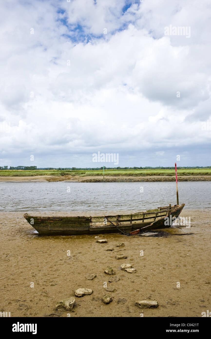 Alten zerstörten Fischerboot in Les Marais De La Douve, Marais Sumpfgebiet Bereich der Normandie, Frankreich Stockbild
