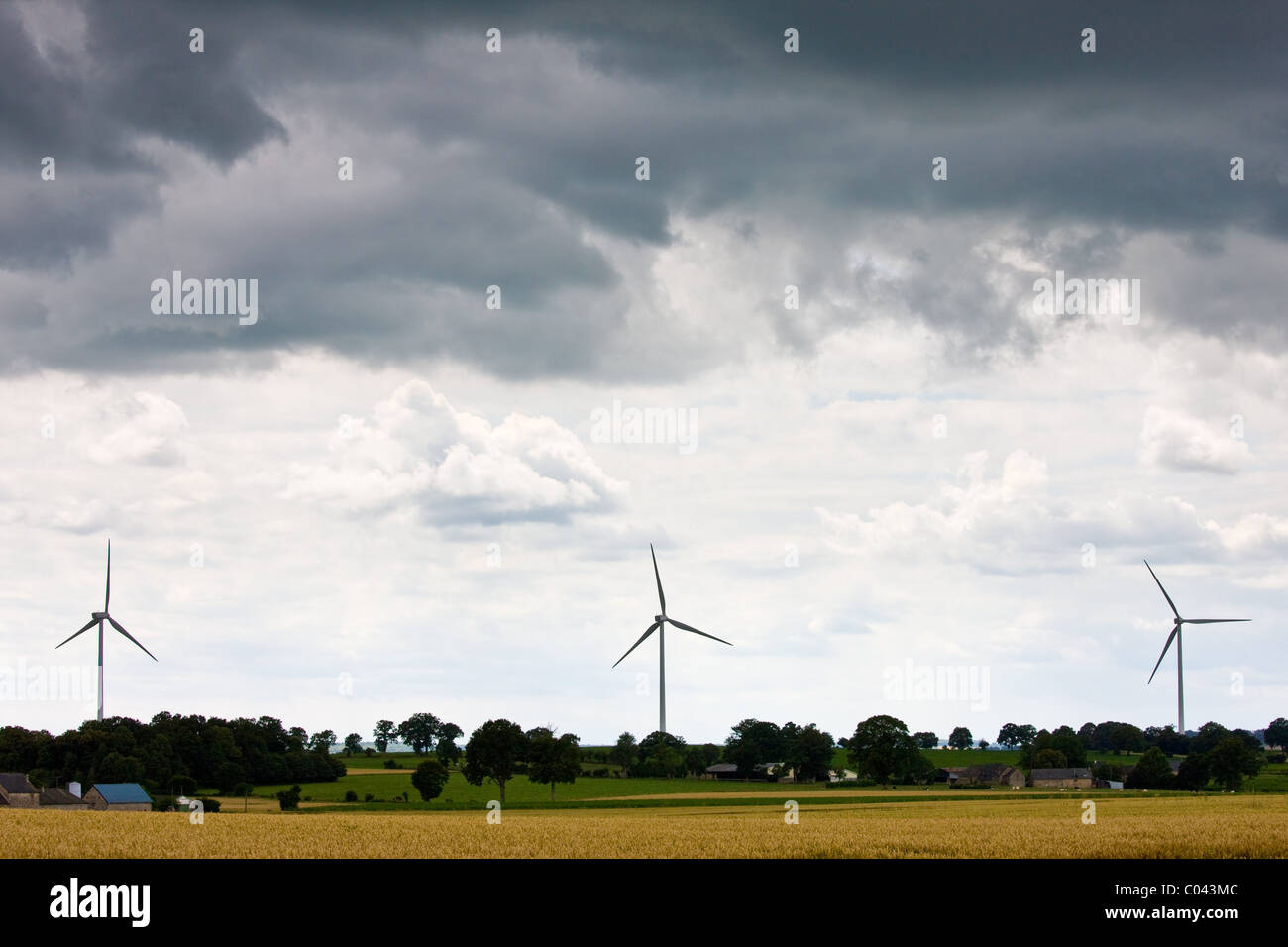Windturbinen für Windenergie in Wiese in ländlichen Normandie, Frankreich Stockbild