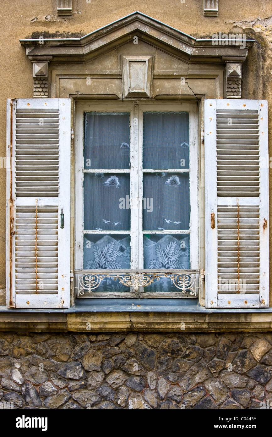 traditionelle franz sische fenster mit fensterl den in precigne pays de la loire frankreich. Black Bedroom Furniture Sets. Home Design Ideas