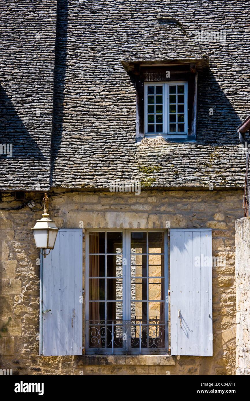 Französische Fenster traditionelle französische fenster mit fensterläden in sarlat in der
