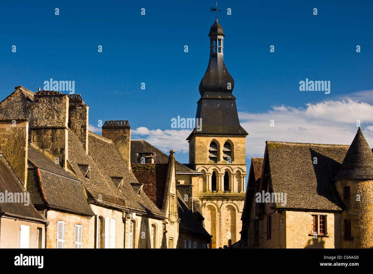 Typische französische Architektur in malerischen beliebtes Touristenziel von Sarlat in Dordogne, Frankreich Stockbild