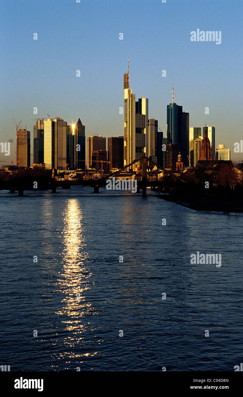 Morgen Frankfurt am frühen morgen bei sonnenaufgang auf die skyline frankfurt am