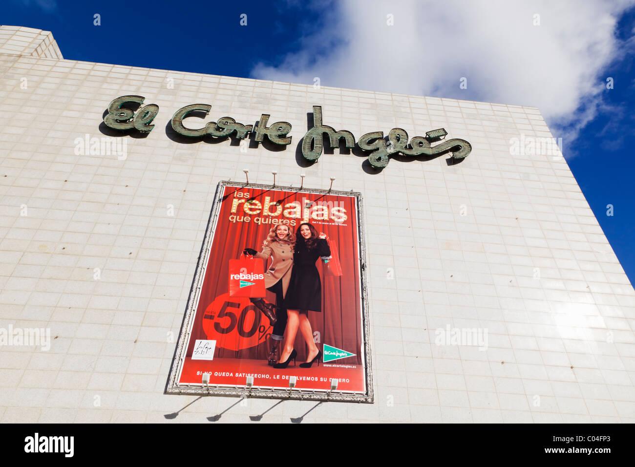 Werbung für den Verkauf im Kaufhaus El Corte Ingles Gebäude, Malaga, Provinz Malaga, Spanien. Stockbild