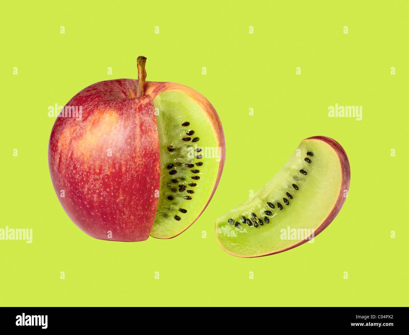 transgene Apfel Kiwi auf grünem Hintergrund isoliert Stockbild
