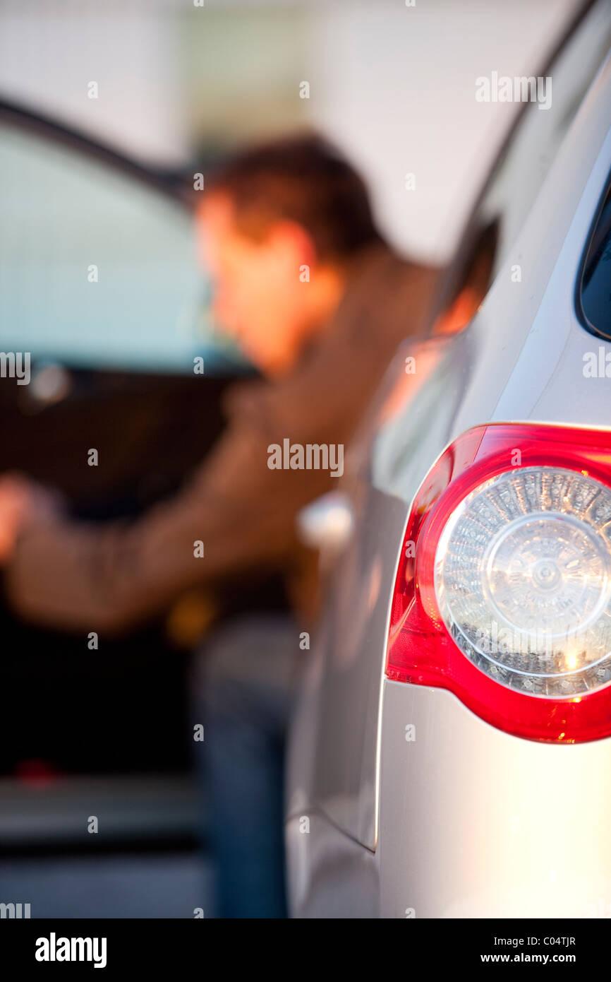 Mann aus Auto. Schweden Stockfoto