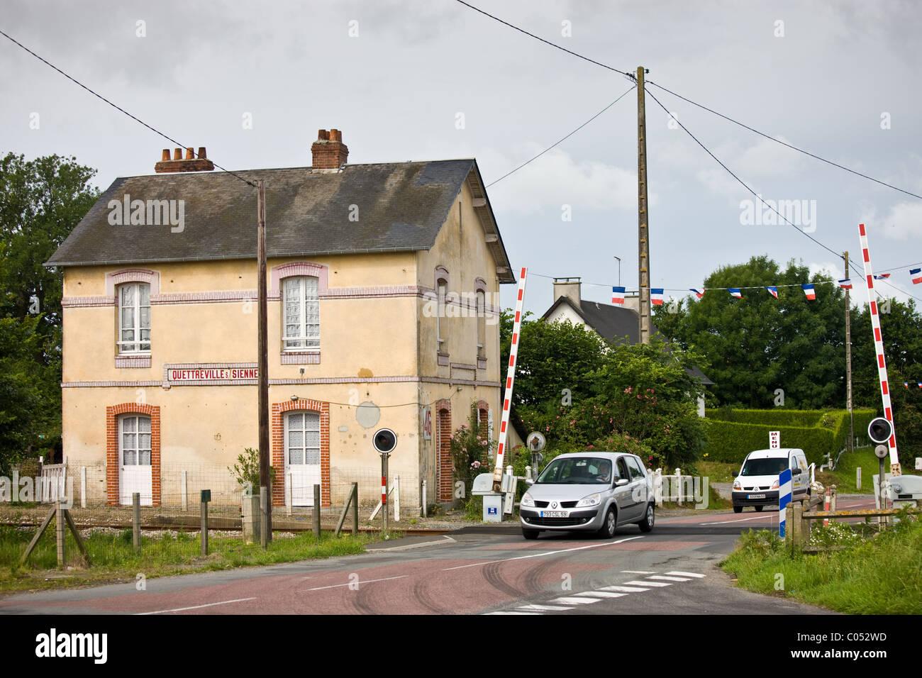 Bahnübergang in Quettreville-Sur-Seine in der Normandie, Frankreich Stockbild