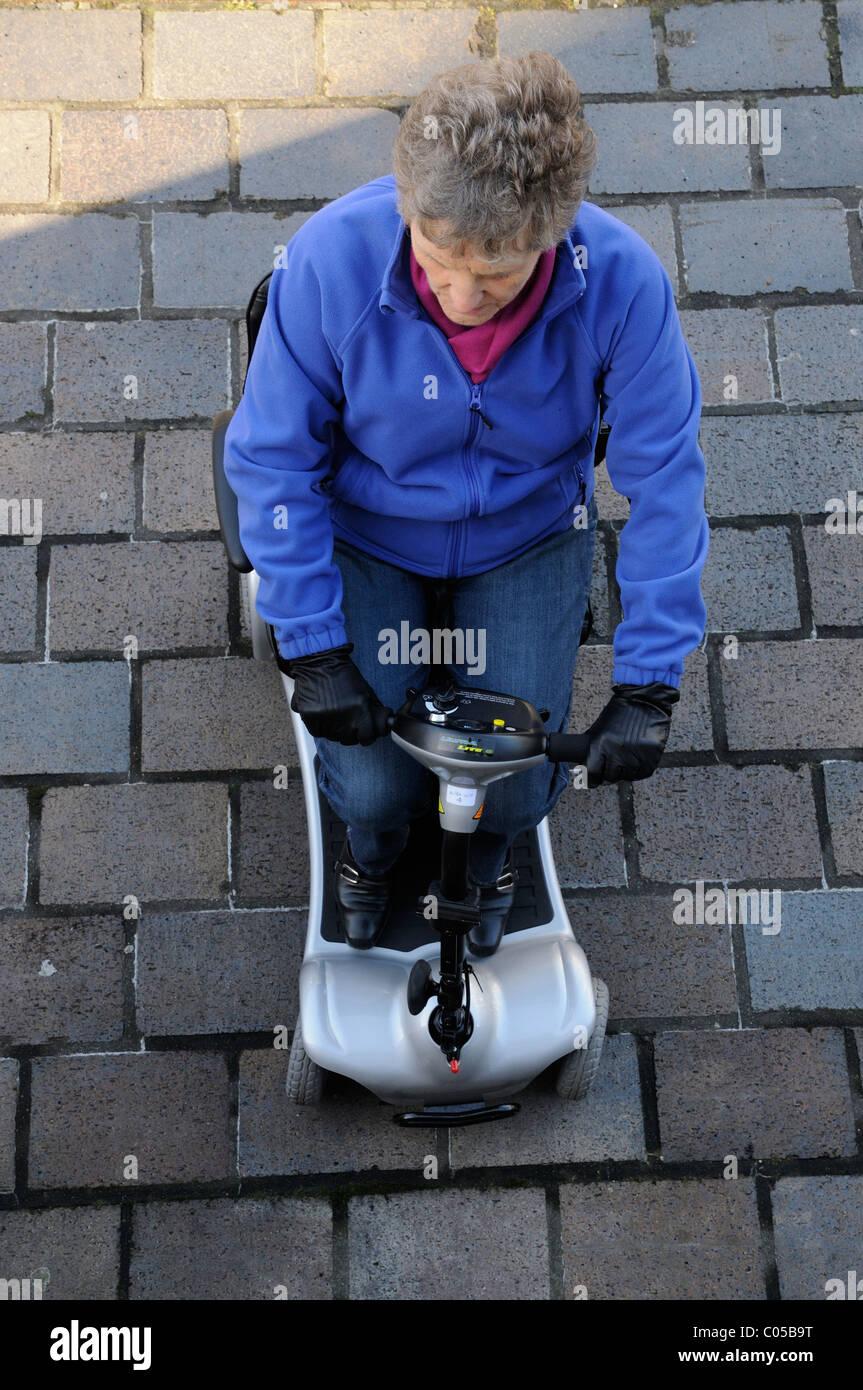 Mobilität Roller Benutzer Reiten eine ultra leichte Batterie betriebene Maschine die Maschine ist Selbstmontage Stockbild