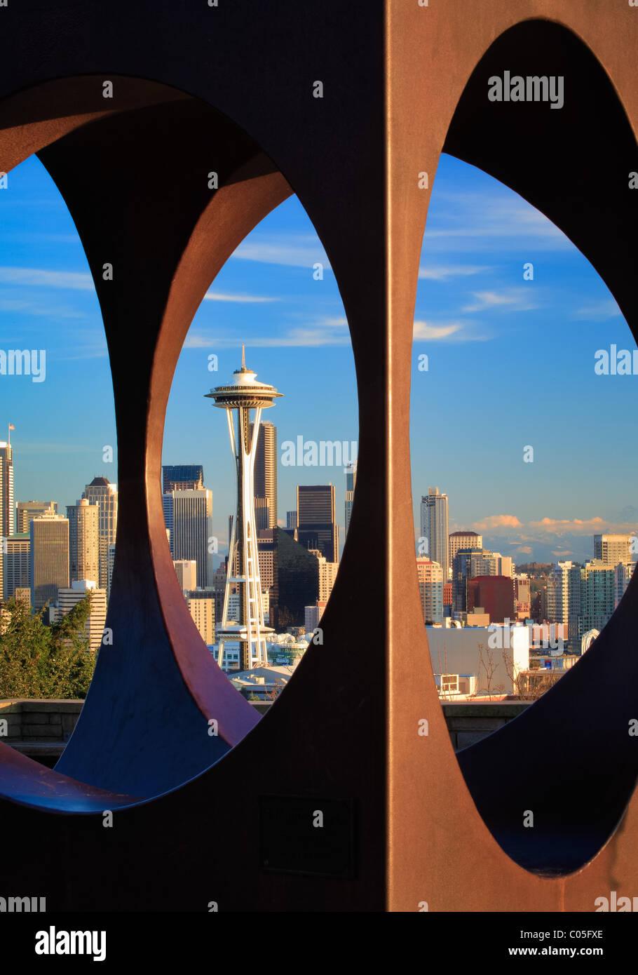 Seattle durch abstrakte Skulptur in Kerry Park gesehen Stockfoto