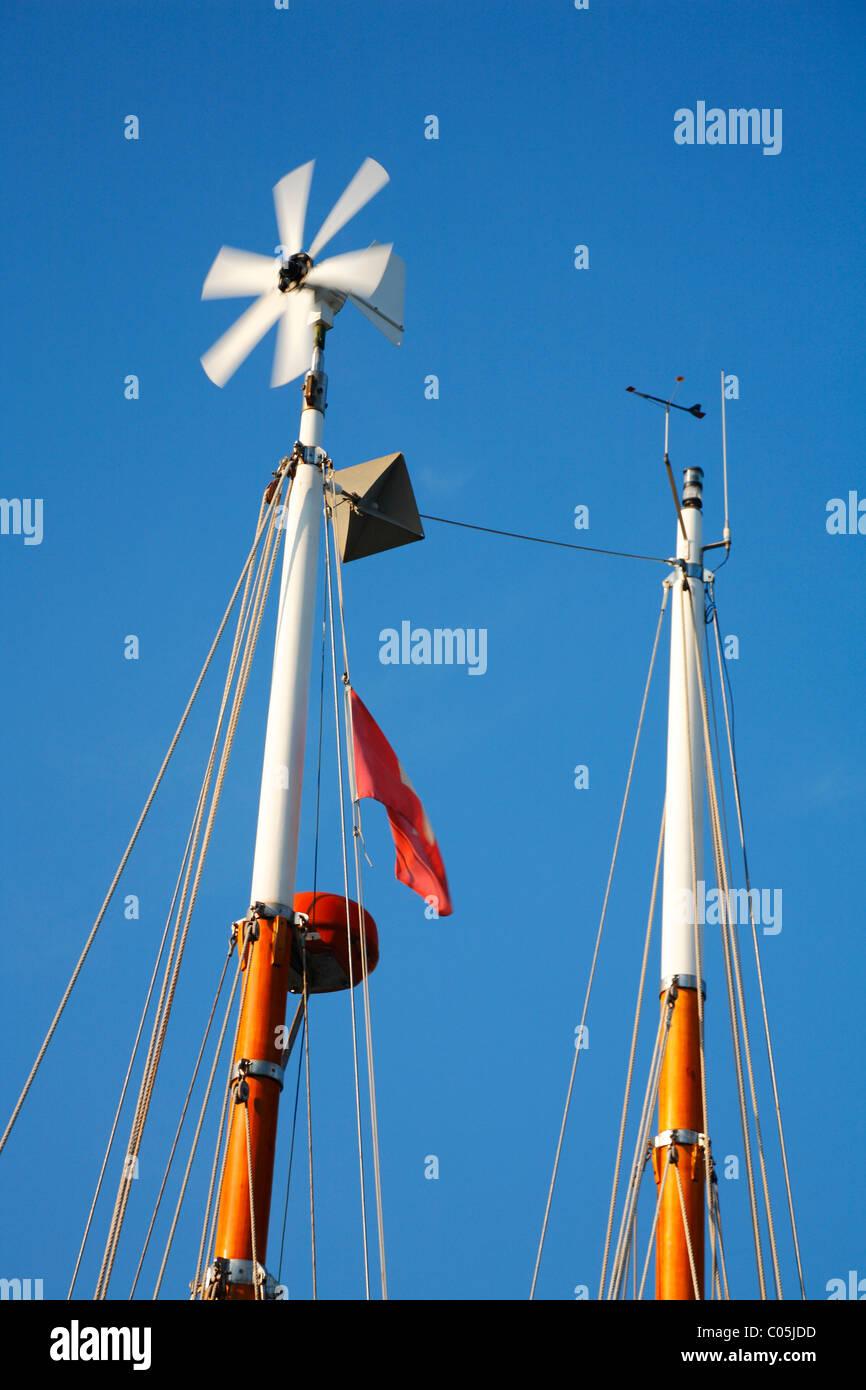Propeller am Mast Segelboot zur Stromerzeugung Stockbild