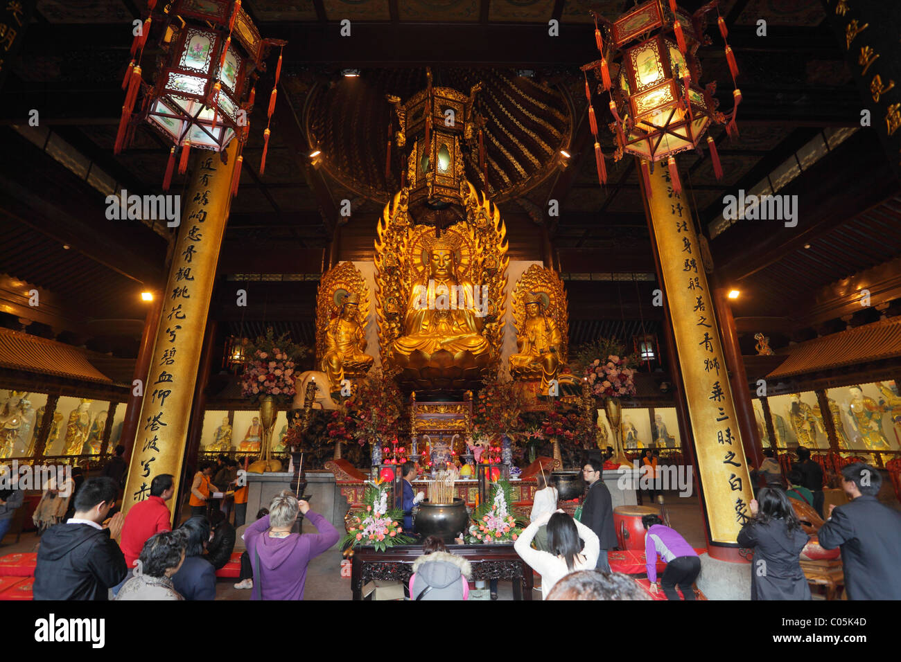 Betet an der Longhua-Tempel in Shanghai, China. Stockbild