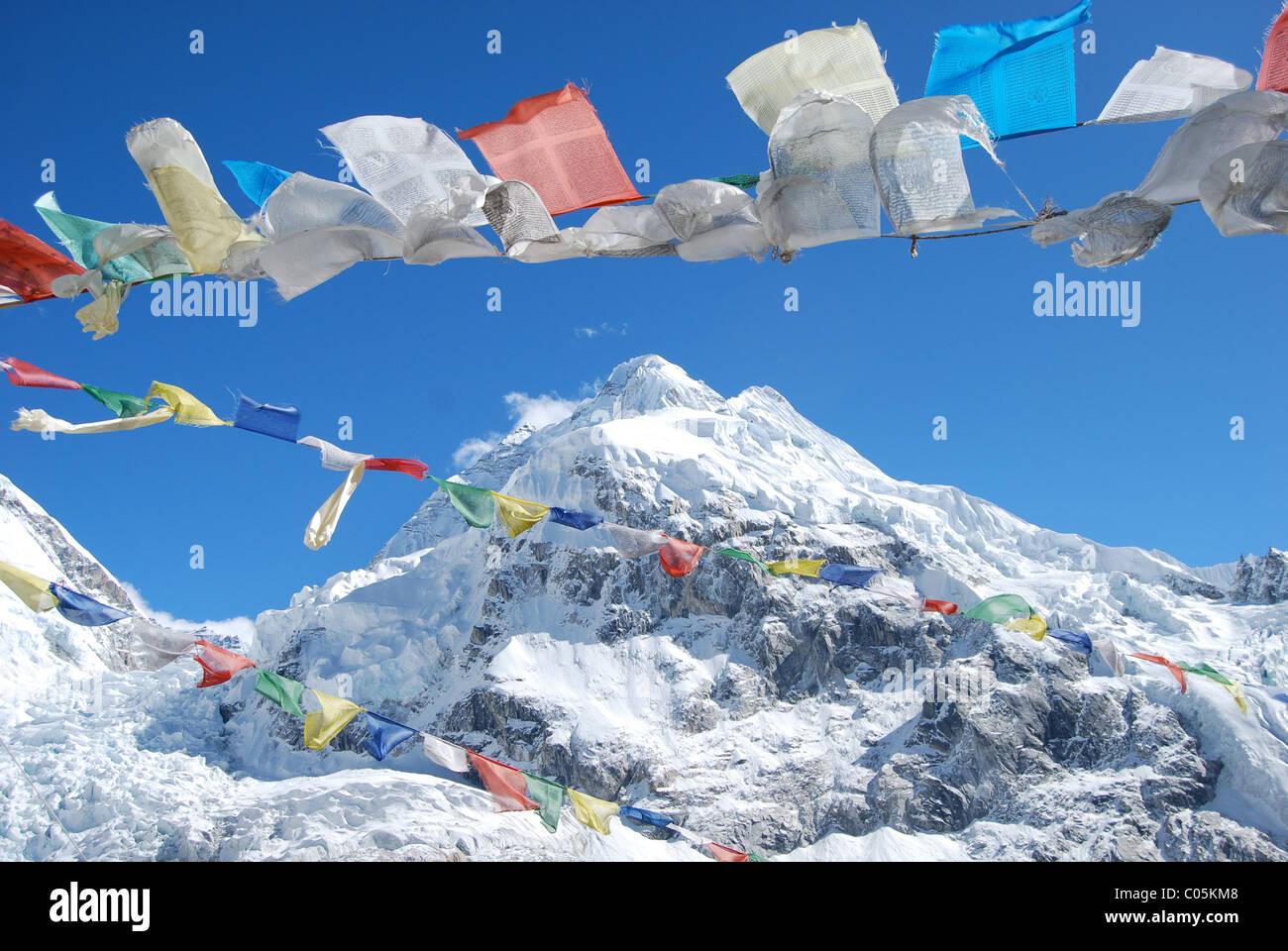 Mount Everest und Gebetsfahnen Stockbild