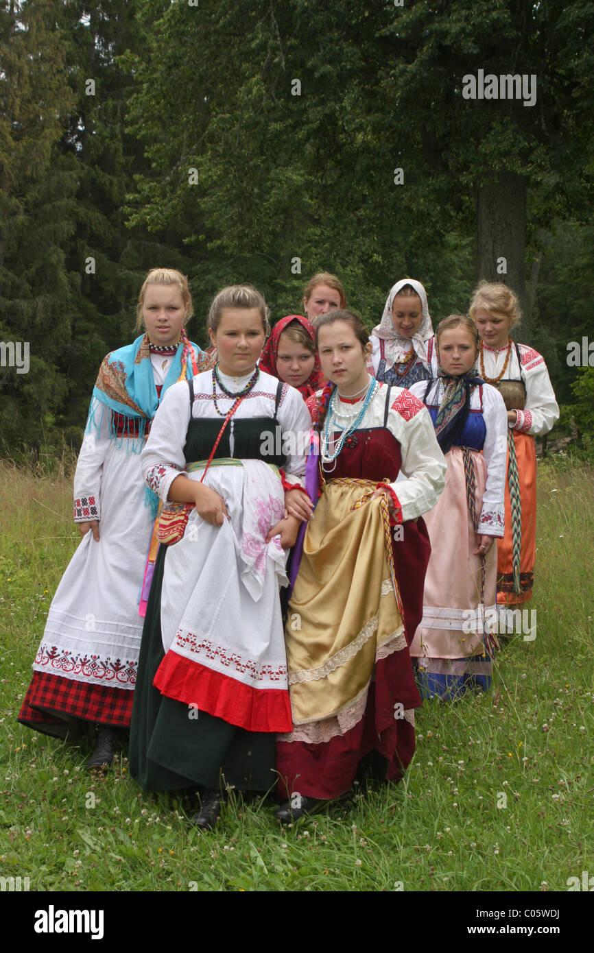 Madchen In Einem Russischen Folk Kleid An Folklore Festival In Pskov