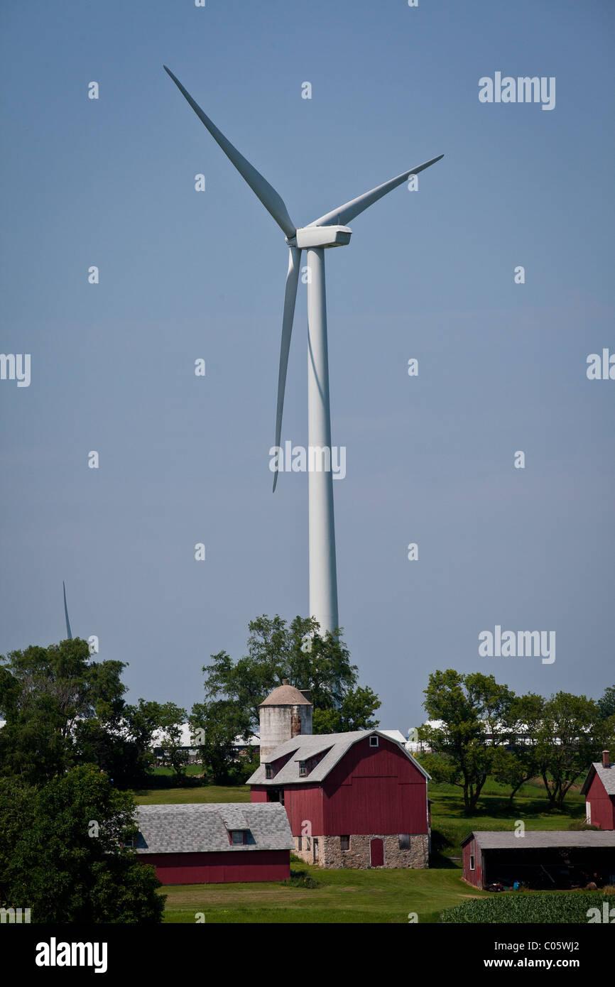 Windkraftanlage, überragt von einer Farm in Fond du Lac County, Wisconsin. Stockbild