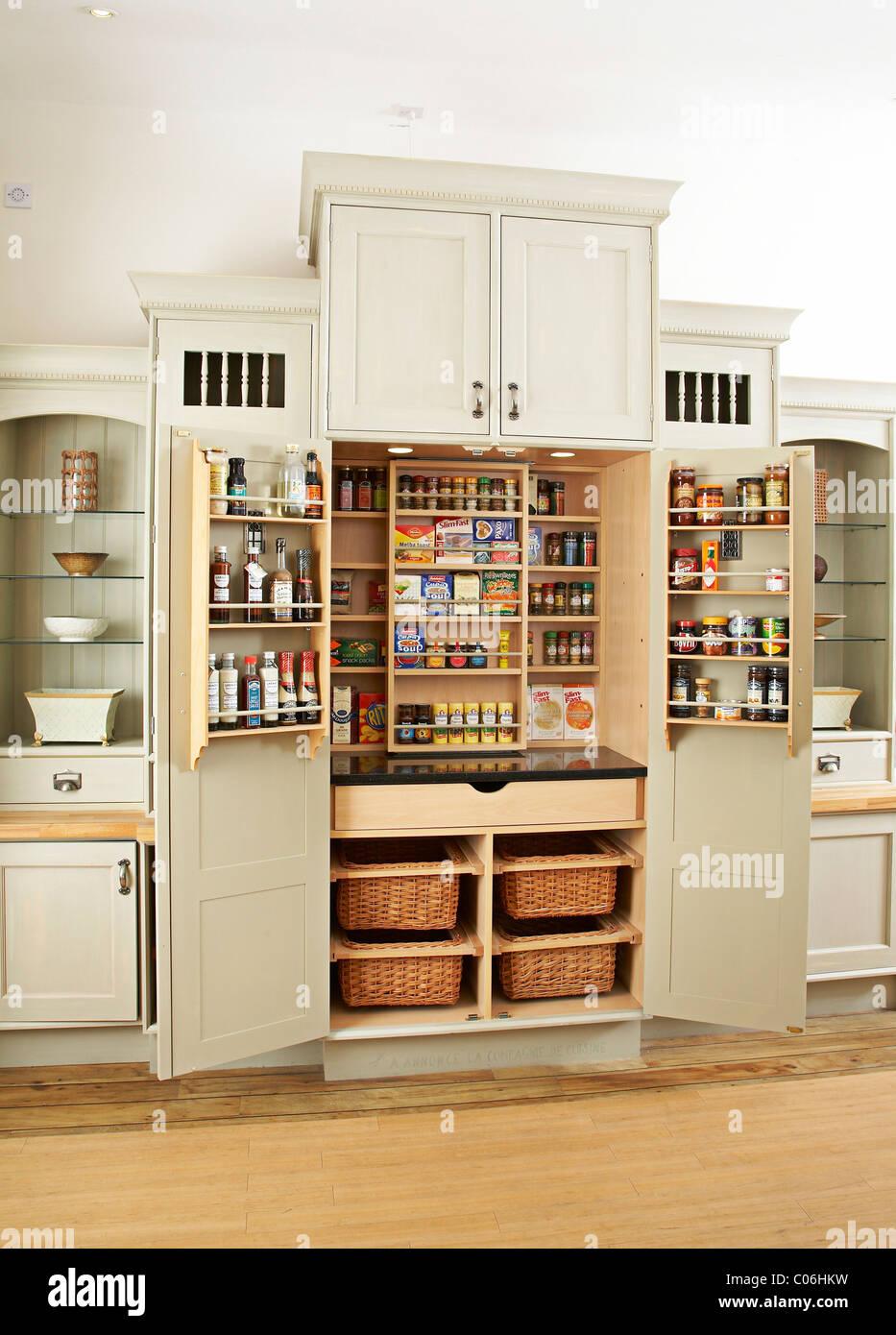 Küchenschrank mit geöffneten Türen Stockfoto, Bild: 34566333 - Alamy