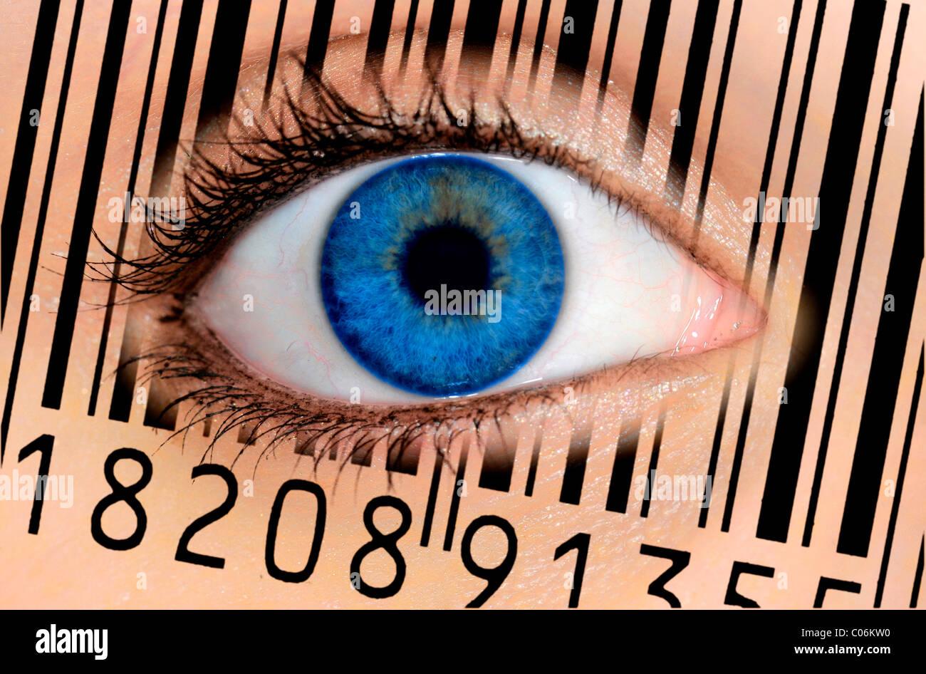 Detail eines Auges mit einer blauen Iris und einen EAN-Barcode, europäische Artikelnummer symbolisches Bild Stockbild