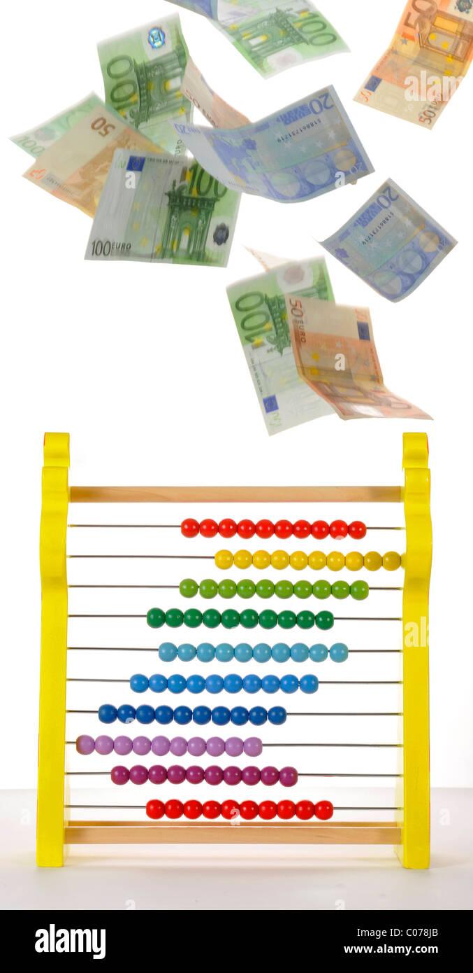 Geld regnen über einen Abakus, symbolisches Bild für Finanzierung, Kalkulation Stockbild