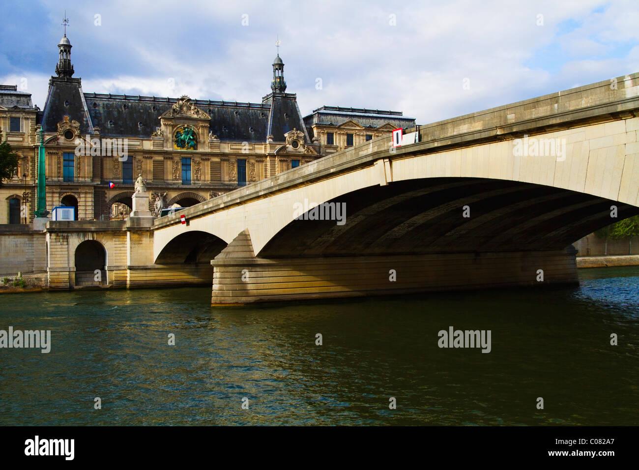 Bogenbrücke über den Fluss mit einem Palast, Palais du Luxembourg, Seineufer, Paris, Frankreich Stockbild