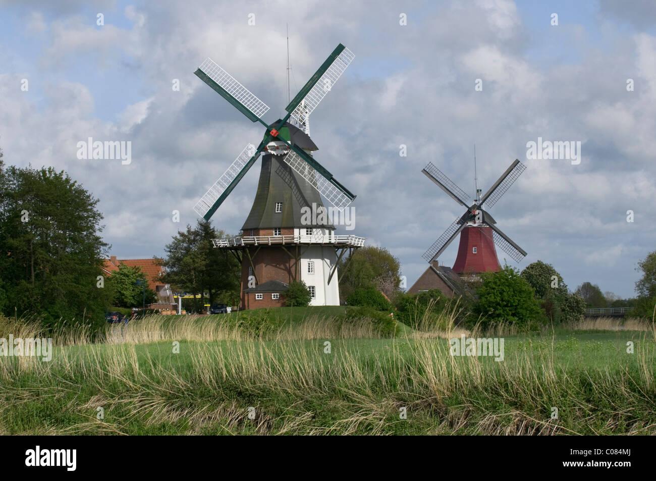 Zwei Mühlen von Greetsiel, Krummhoern, Ostfriesland, Niedersachsen, Deutschland, Europa Stockbild
