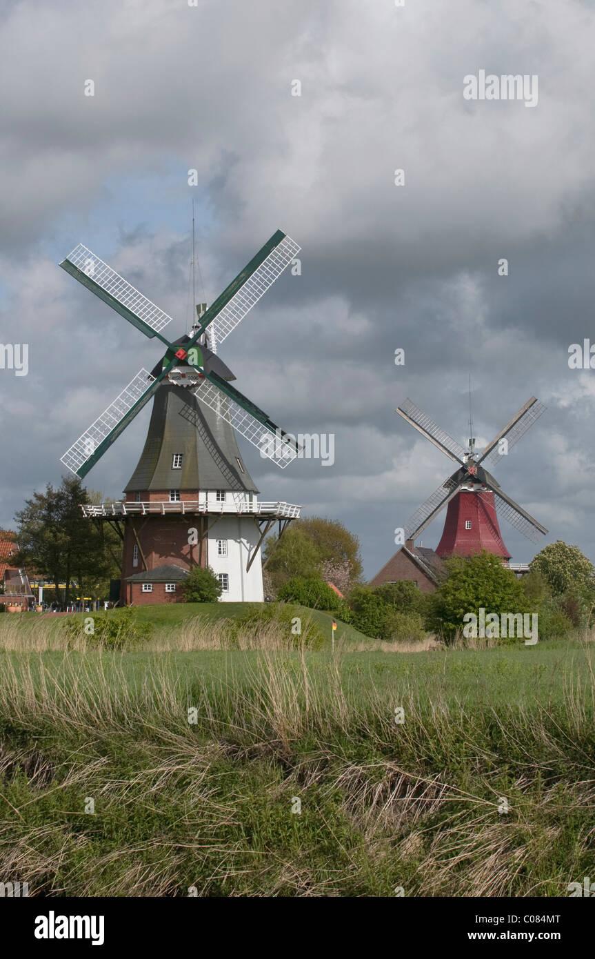 Zwei Mühlen von Greetsiel vor Himmel mit dunklen Wolken, Krummhoern, Ostfriesland, Niedersachsen, Deutschland, Stockbild