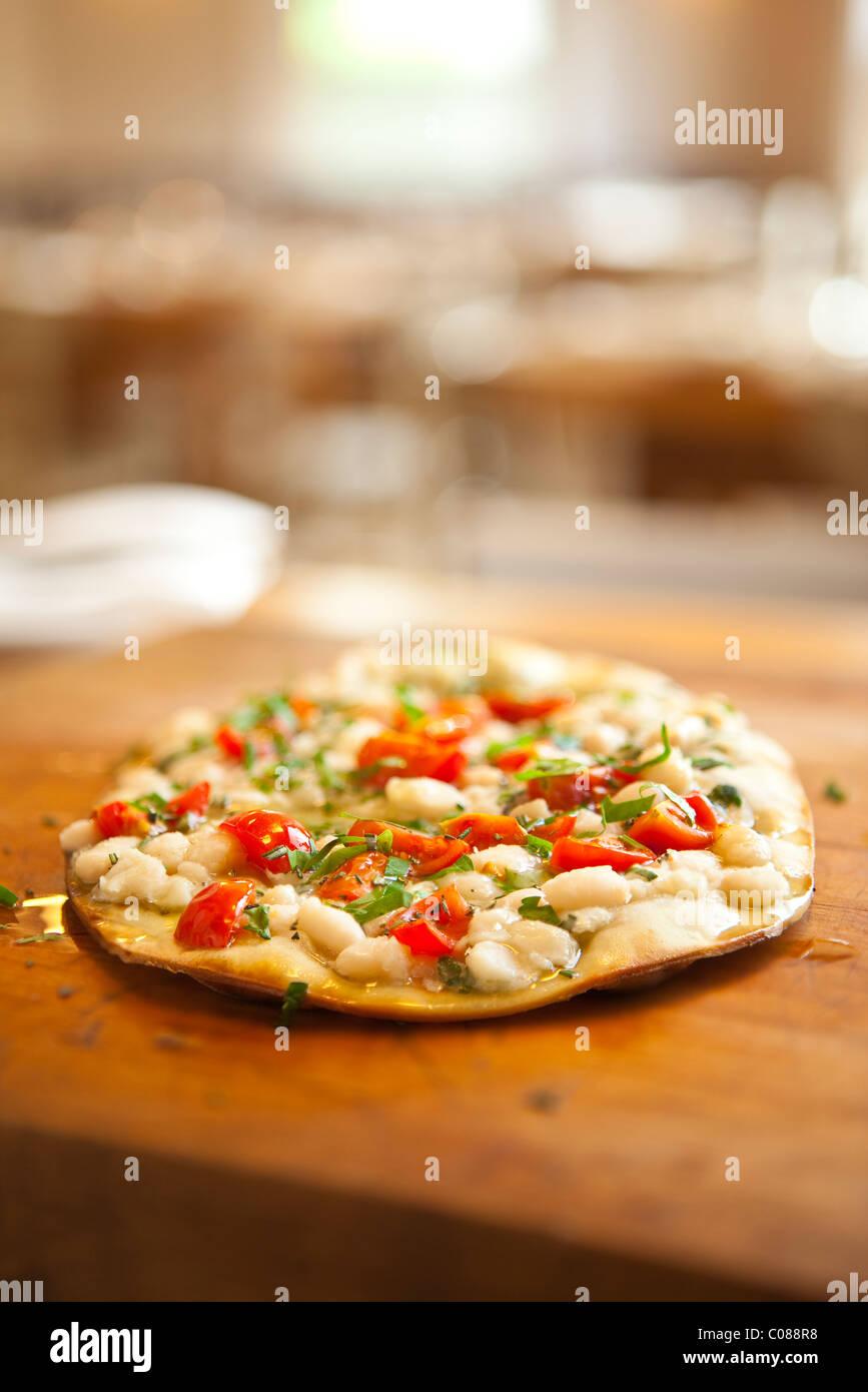 Dünne und knusprige Kruste Pizza mit vorbereitet von Gianni Scappin, Chef/Besitzer von Cucina Woodstock, in Stockbild
