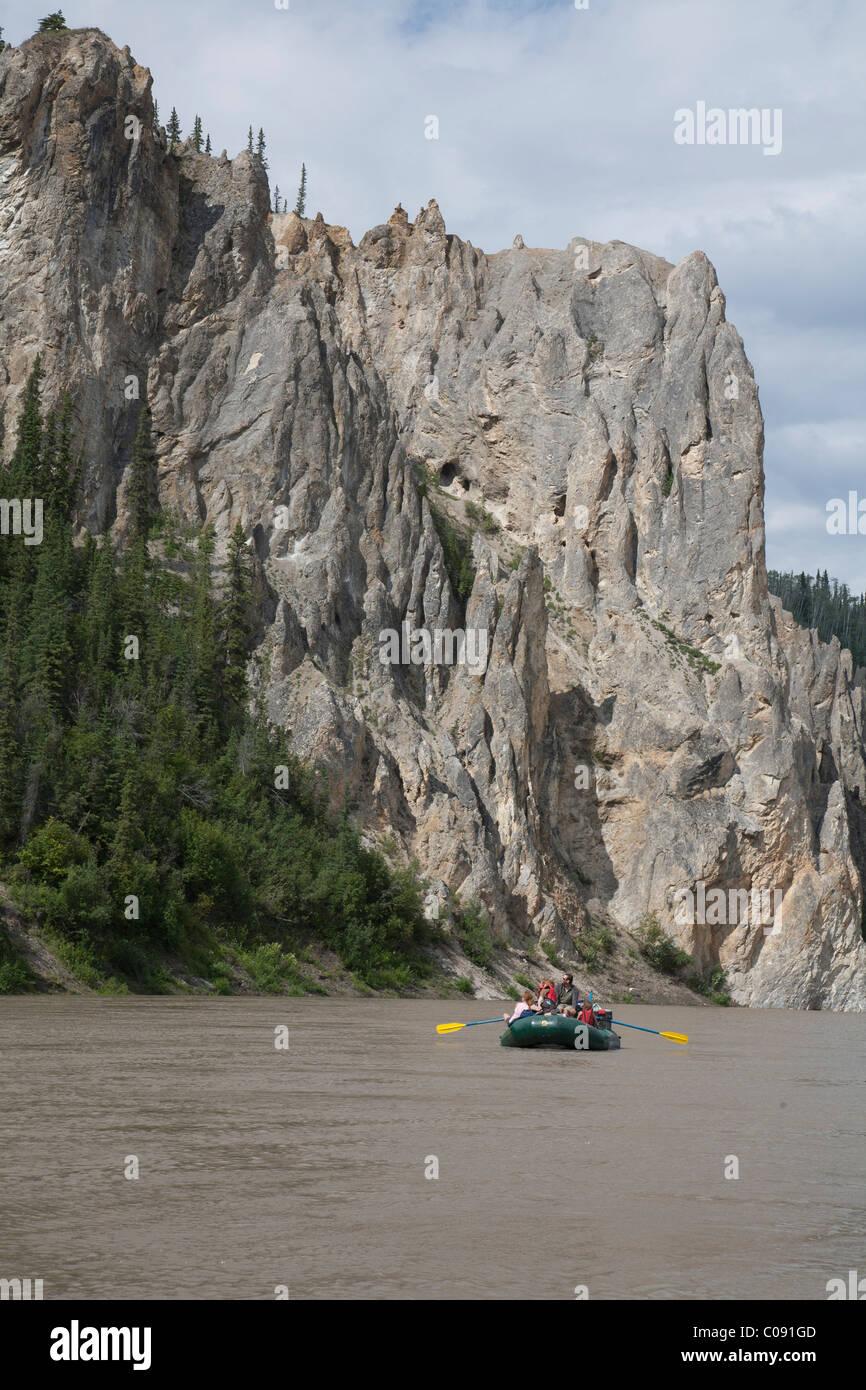Eine Familie schwimmt auf Yukon Fluss vorbei an großen Felsformationen, Yukon-Charley Rivers National bewahren Stockbild