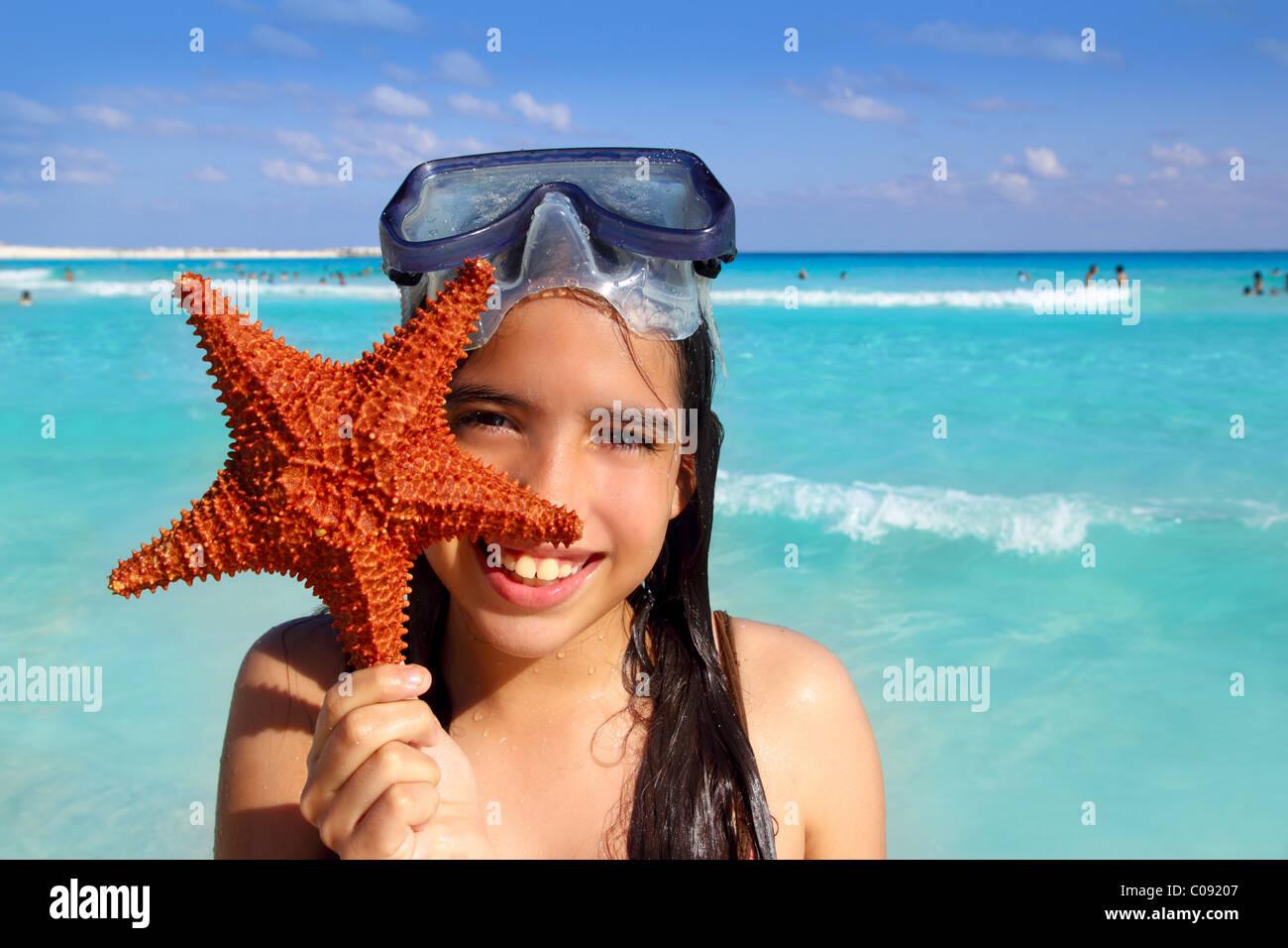 Latein touristischen Mädchen mit Seestern in tropischen Strand Stockbild