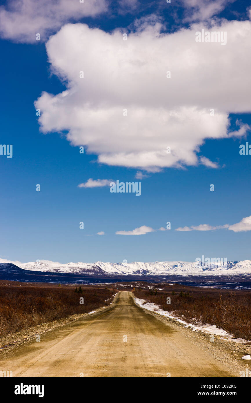 Blick auf den Denali Highway und Alaska Range Ausläufern kurz vor den Susitna River Bridge, Yunan Alaska, Frühling Stockbild