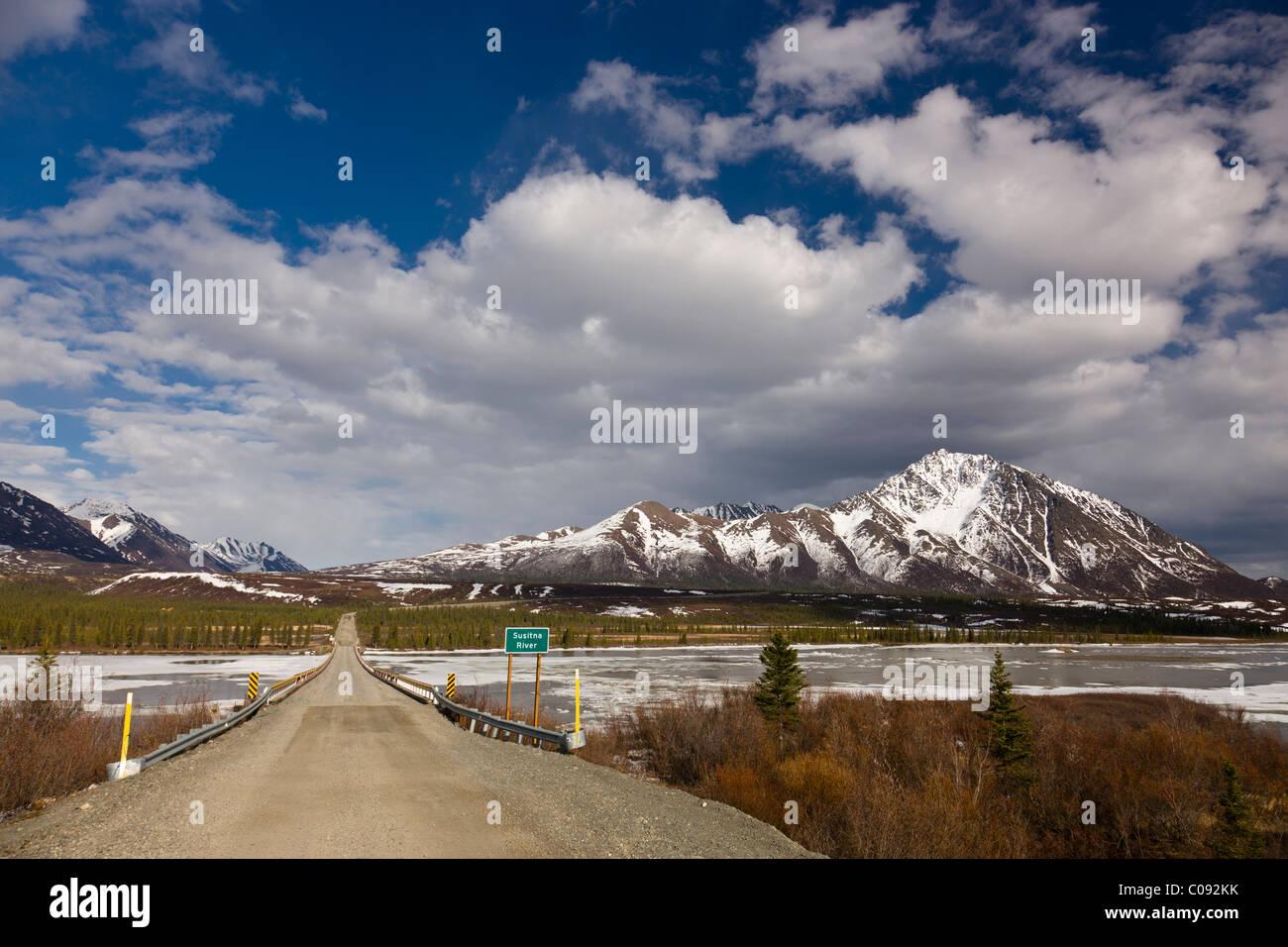 Der Denali Highway-Brücke über den Susitna River mit Clearwater Bergen im Hintergrund, Yunan Alaska, Frühjahr Stockbild