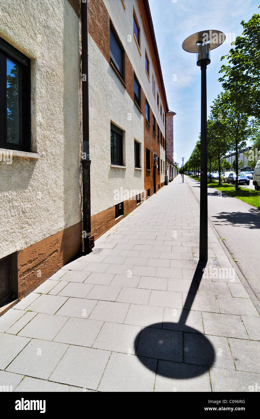 Fassade, Straßenlaterne, Bürgersteig, Gasse, Harlaching, München, Bayern, Deutschland, Europa Stockbild