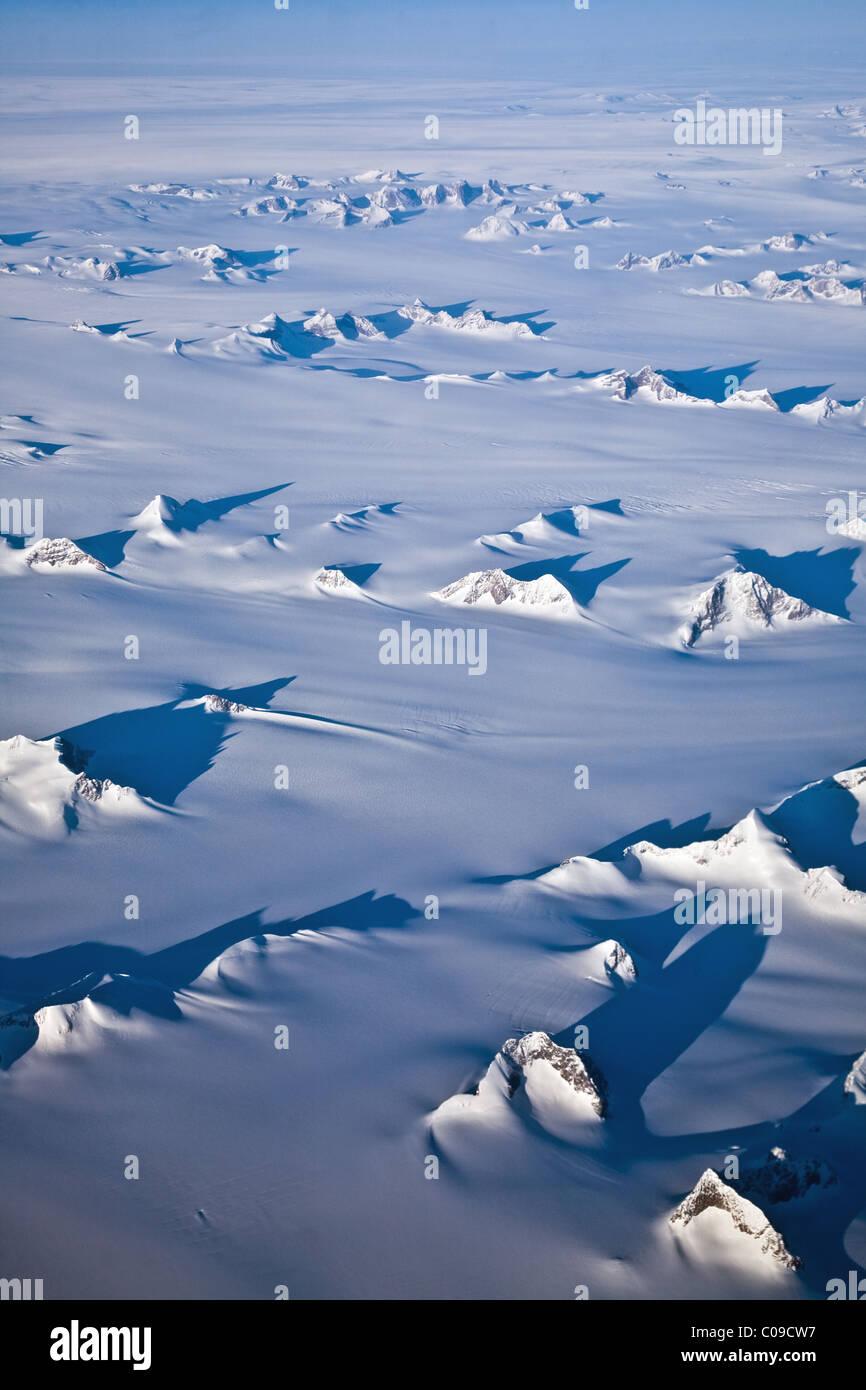 Berggipfel ragt durch die Eisdecke in Grönland Stockbild