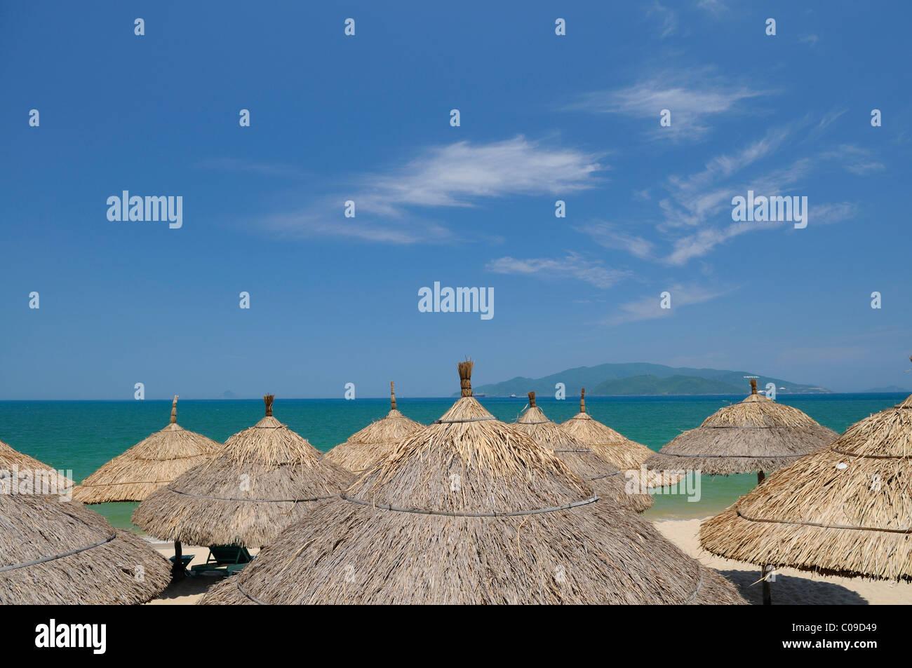 Sonnenschirm am Strand von Nha Trang, Vietnam, Südostasien Stockbild