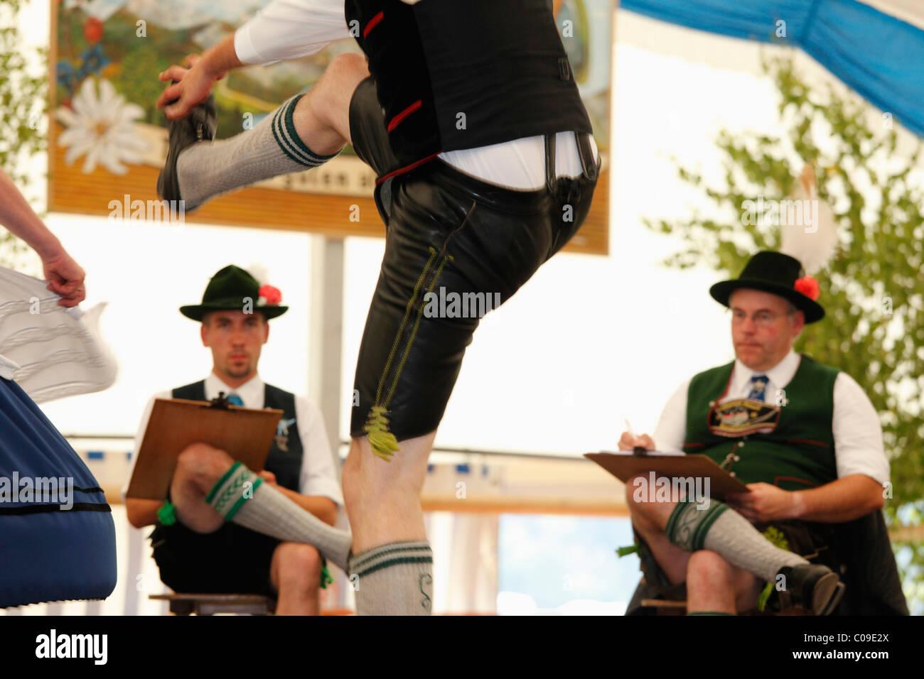 Schuhplattler, traditionelle Folk-Tänzerin, 83. Loisachgaufest in Neufahrn bei Egling, Upper Bavaria, Bayern, Stockbild