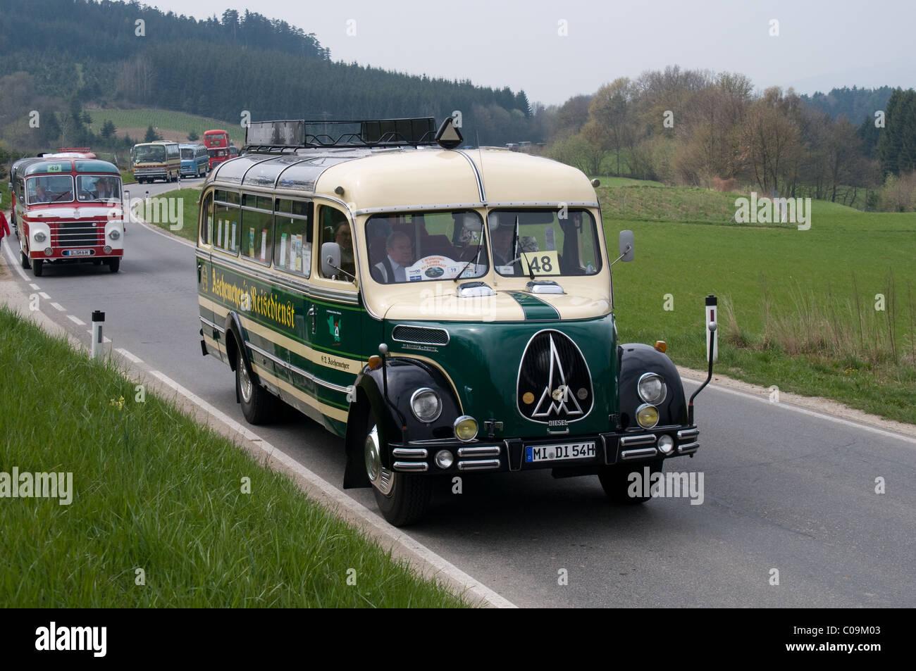 Ein 1954 Magirus-Deutz O 3500 aus Deutschland nimmt Teil an einer Straße laufen für Oldtimer Busse durch Stockbild