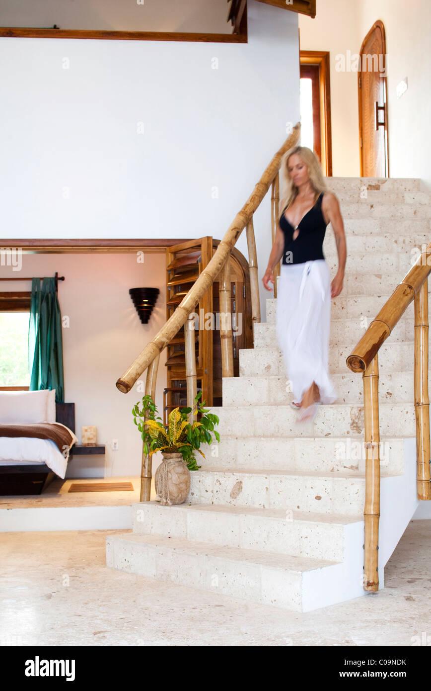 Eine Frau geht Treppe in ihrem Strandhaus hinunter Stockfoto, Bild ...
