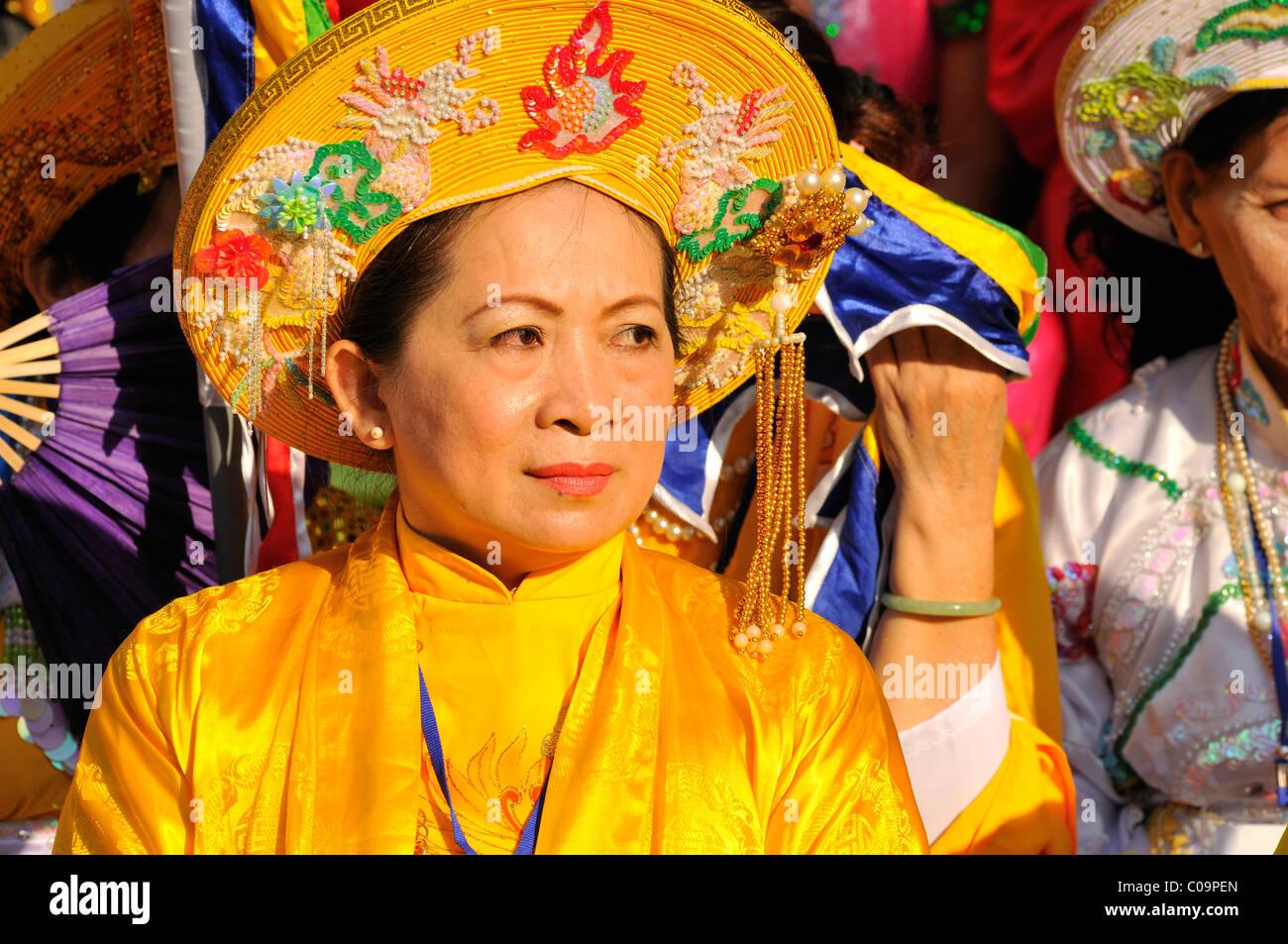 Großartig und traditionell gekleidete Frau auf den wichtigsten Festivals der Cham, Po Nagar Tempel, Nha Trang, Stockbild
