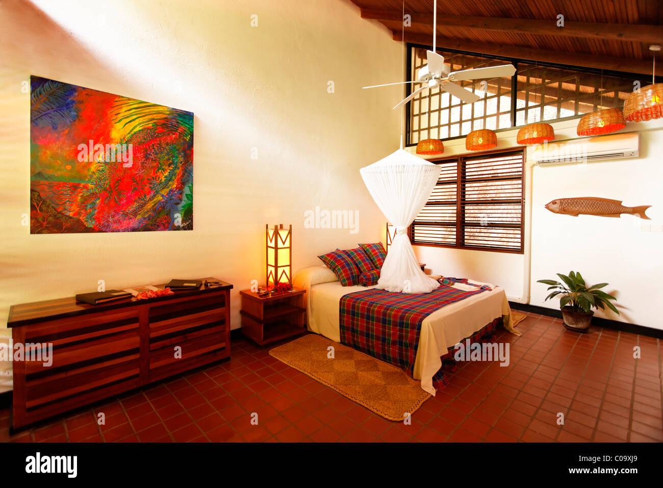 Große Zimmer, natürlich belüftet durch Bauweise, Moskitonetz, Luxus Hotel Anse Chastanet Resort, Stockbild