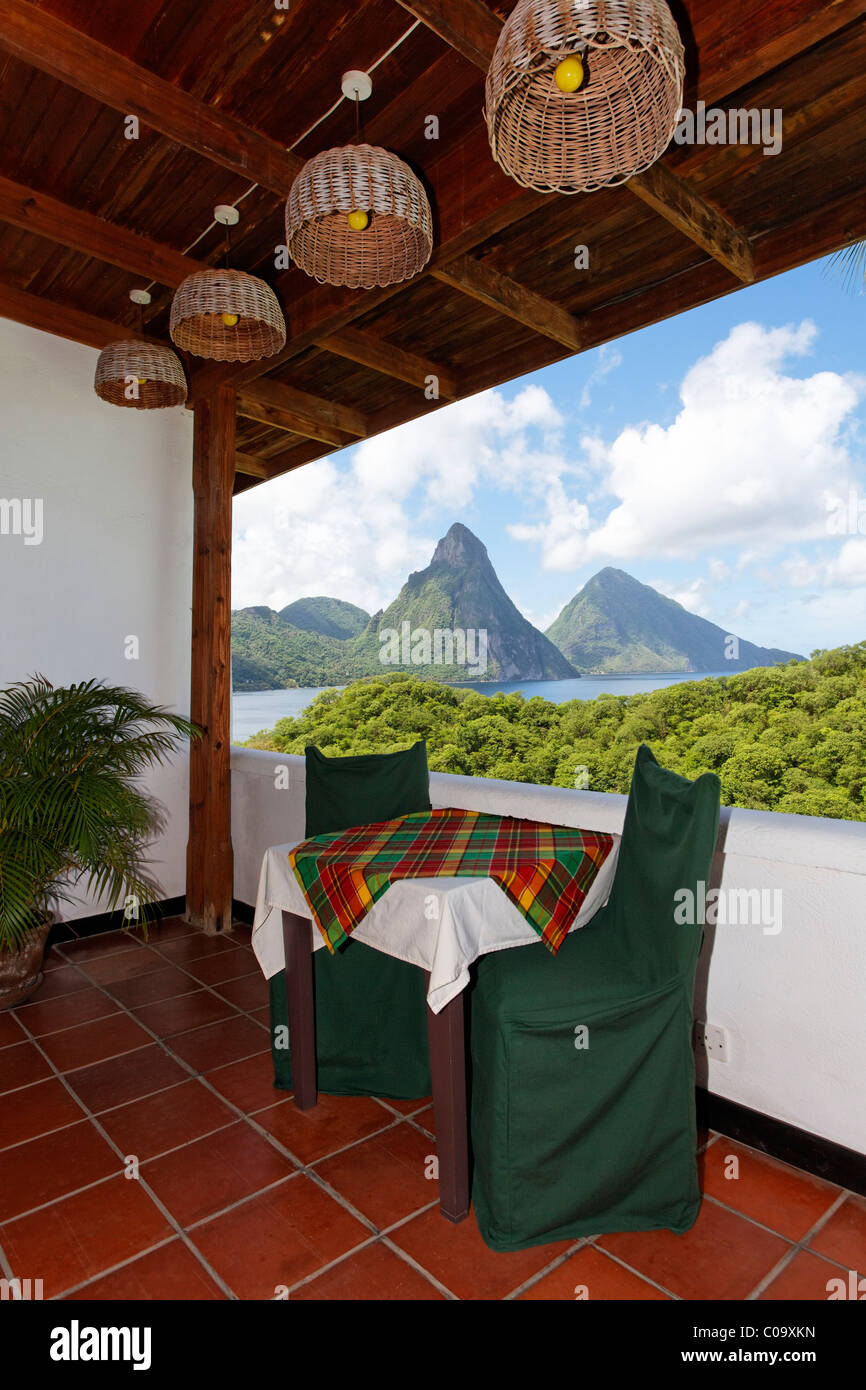 Hotelzimmer mit Tisch und Stühlen und Blick auf die Pitons Berge, Hotel Anse Chastanet Resort, LCA, St. Lucia, Stockbild