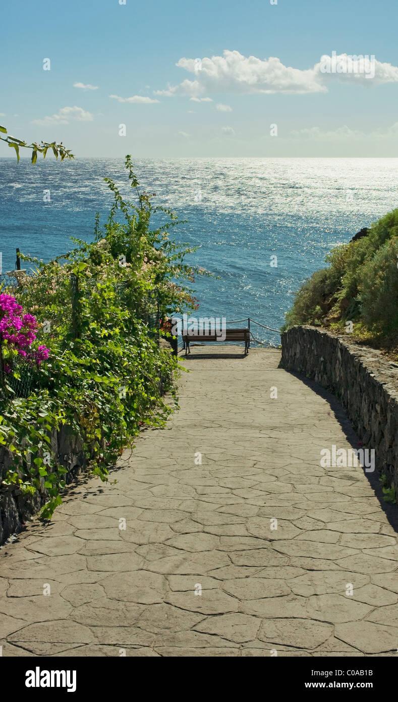 Sitz mit Blick aufs Meer, mit Blick auf Meer einsam lonliness Stockbild