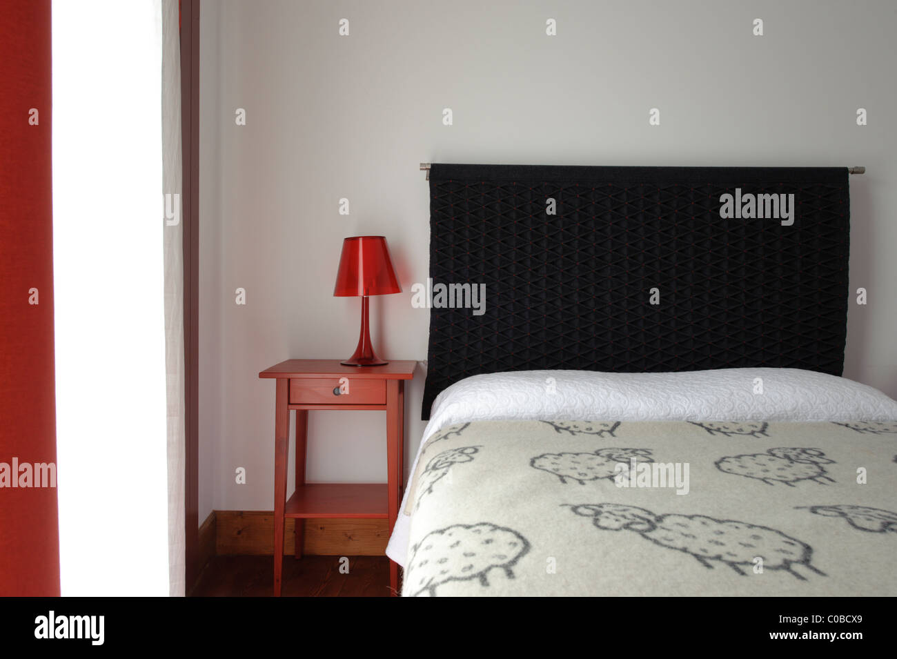 Schlafzimmer-Bett mit Nachttisch mit rote Lampe Stockfoto, Bild ...